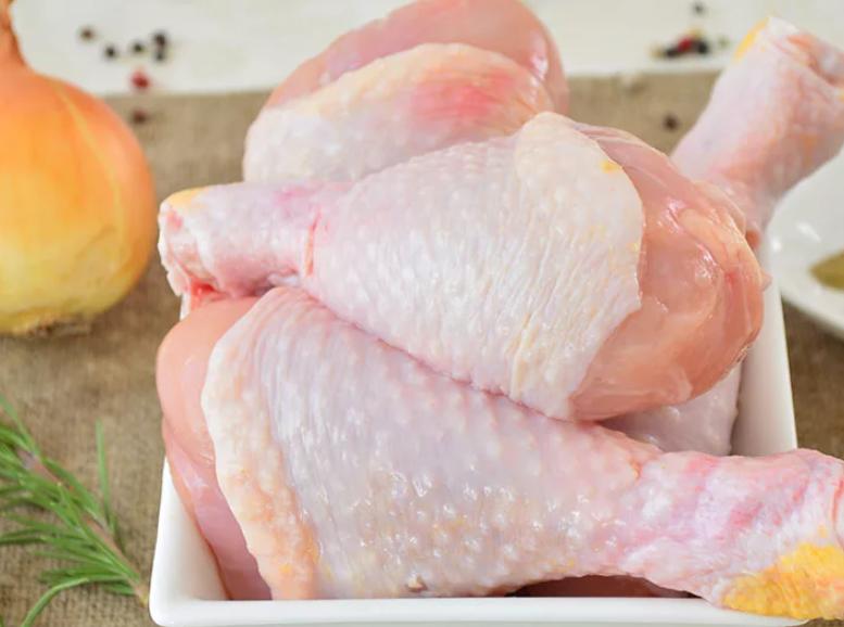Куриные голени промывают, удаляют кожицу и просушивают