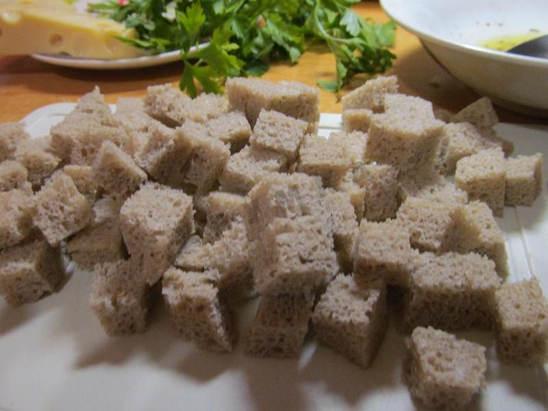 Ржаной хлеб нарезать кубиками