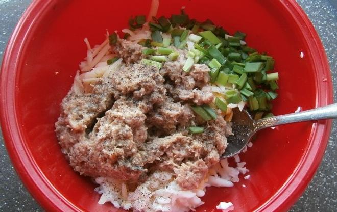 Добавить мелко порезанный зеленый лук и специи по вкусу