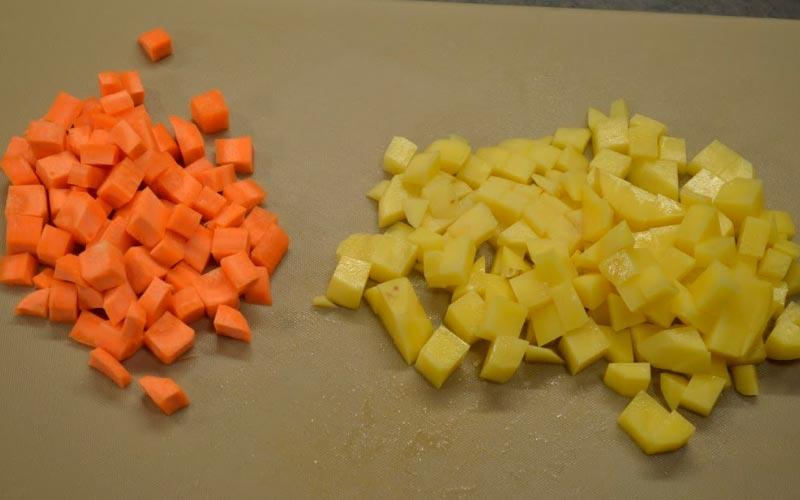 Картофель, морковь, огурцы и колбасу нарезать маленькими кубиками