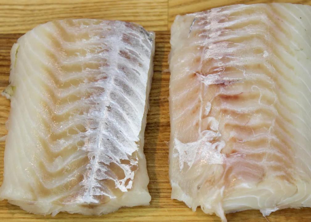 Рыбу при необходимости размораживают и обсушивают бумажными полотенцами