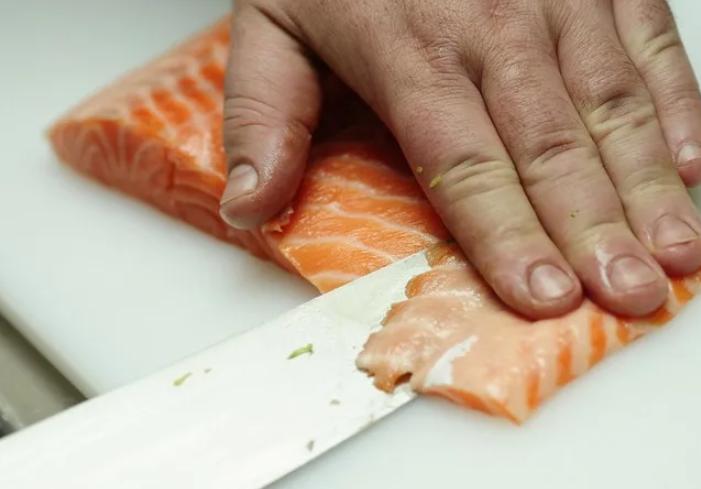 Пластинами небольшого размера порезать филе красной рыбы