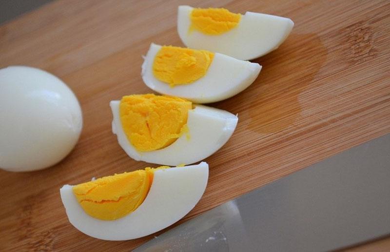 Яйца разрезать в продольном направлении