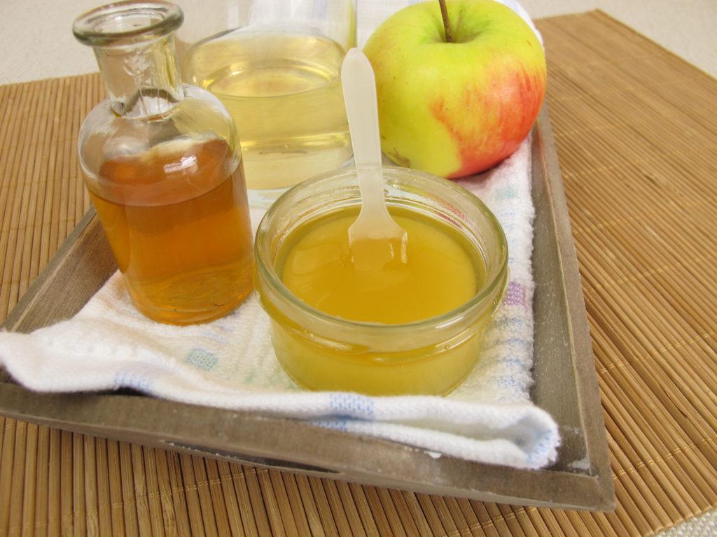 Нужно смешать в глубокой емкости сахар, мед, масло и яблочный сок
