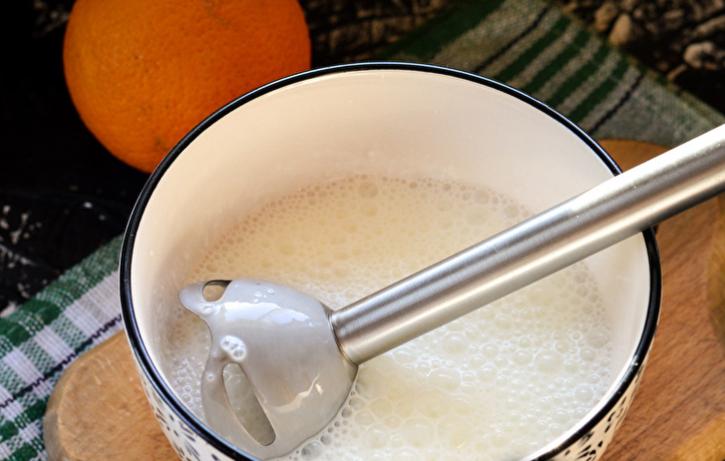 В чаше блендера взбить йогурт, сахарную пудру и растворенный агар-агар